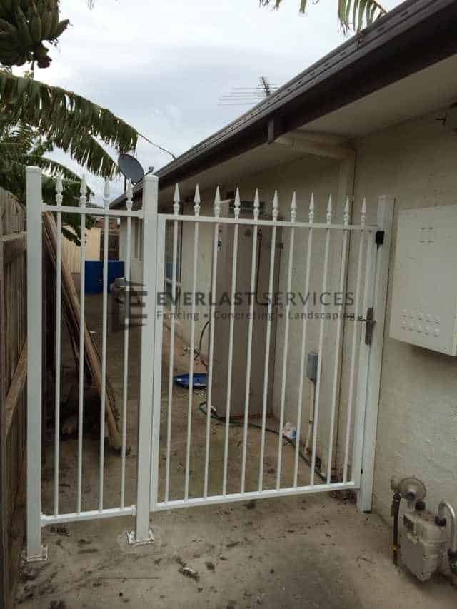 SS49 - White Level Spear Side Gate with Panel