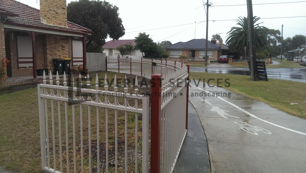SF31 - Riversand Ring and Spear Steel Garden Fencing View 2