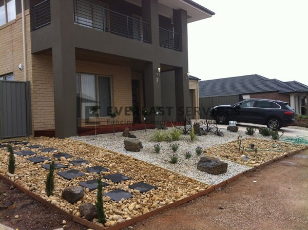 L33 - Front Yard Pebble Landscaping
