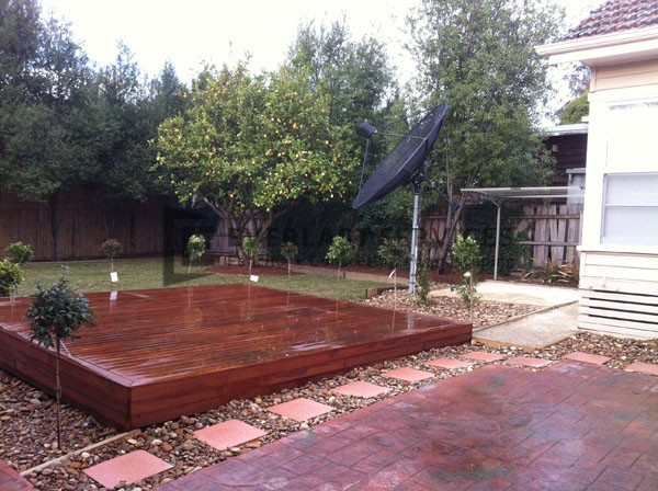 L35 - Raised Timber Decking with Pebblem Landscaping