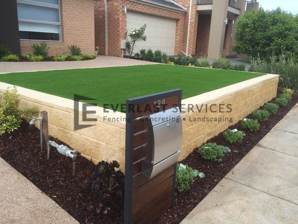 L5 - Versa Wall Retainign Wall with Synthetic Grass