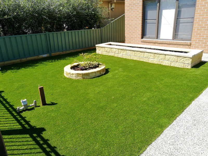 L123 - Synthetic Grass with Versa Wall Garden Box & Miniwall Garden Wall Angle 2